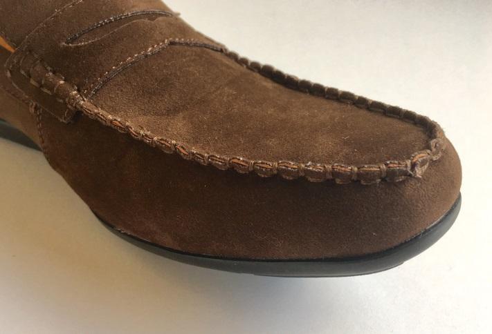 この靴、裏面はゴム底になっており、履いてみると実に軽い上、クッション性の高さを実感します。ここで本稿の冒頭でご紹介した、ゾゾタウンにおける商品名の欄の記載を
